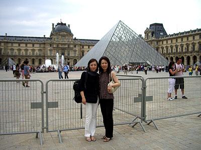 ルーブル美術館 ピラミッドの前で